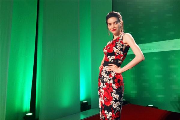 Trong tập 9 này, Hồ Ngọc Hà lại gây bất ngờ khi xuất hiện với bộ váy ôm sát đơn giản có họa tiết hoa màu hồng ngọt ngào. So với Tóc Tiên, nữ ca sĩ có phần yếu thế hơn khi xuất hiện trên thảm đỏ.