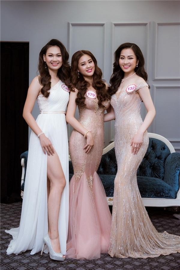 Tùy theo từng trang phục, kiểu tóc và nước da, các stylist tại hiện trường sẽ chọn phối những bộ nữ trang phù hợp nhất, giúp những ứng viên Hoa hậu tự tin khoe nhan sắc trước ống kính.