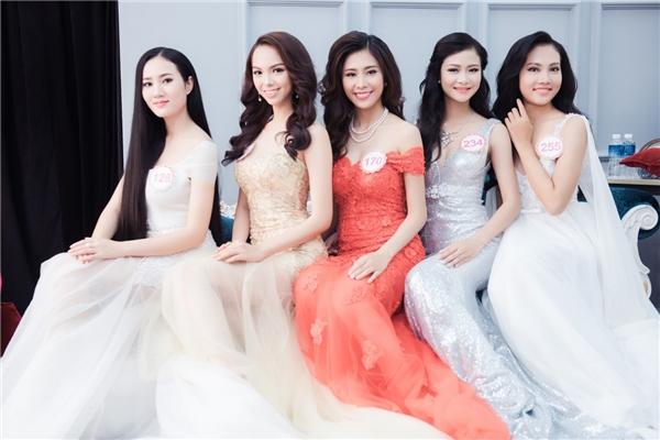 """Người đẹp chia sẻ: """"Sau thời gian đồng hành cùng Hoa hậu Việt Nam 2016, các thí sinh học hỏi được nhiều kinh nghiệm nên mọi thứ diễn ra rất suôn sẻ.Em hi vọng bộ hình lần này sẽ gây ấn tượng cùng khán giả""""."""