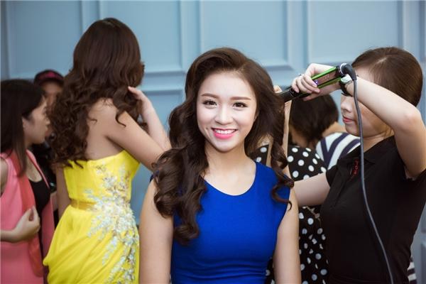 Những người đẹp dự thi Hoa hậu Việt Nam 2016được Ban tổ chức quan tâm đến từng chi tiết nhỏ như chỉnh sửa kiểu tóc, điều chỉnh phom dáng trang phục hay góp ý cách tạo dáng sao cho đẹp mắt.
