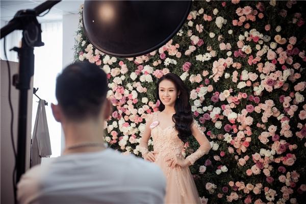 """Thay vì phông nền trắng, các thí sinh sẽ phải thể hiện khả năng biến hóa cùng """"rừng"""" hoa hồng vô cùng lãng mạn. Nhiếp ảnh gia Lê Thiện Viễn - người cầm máy cho buổi chụp chia sẻ để sẵn sàng cho buổi chụp hình này, anh cùng ê-kípchuẩn bị từ ngày hôm qua và mất hơn ba tiếng để tạo dựng phông, phối đắp lá và lựa từng bông hoa hồng tạo thêm điểm nhấn cho set chụp."""
