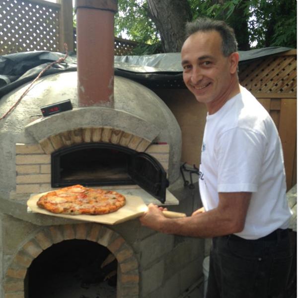 """""""Ba tui tự xây một cái lò nướng pizza ở ngoài vườn. Kể từ đó, ông thường bắt đầu làm pizza vào lúc 10 giờ sáng mỗi ngày"""".(Ảnh: BuzzFeed)"""