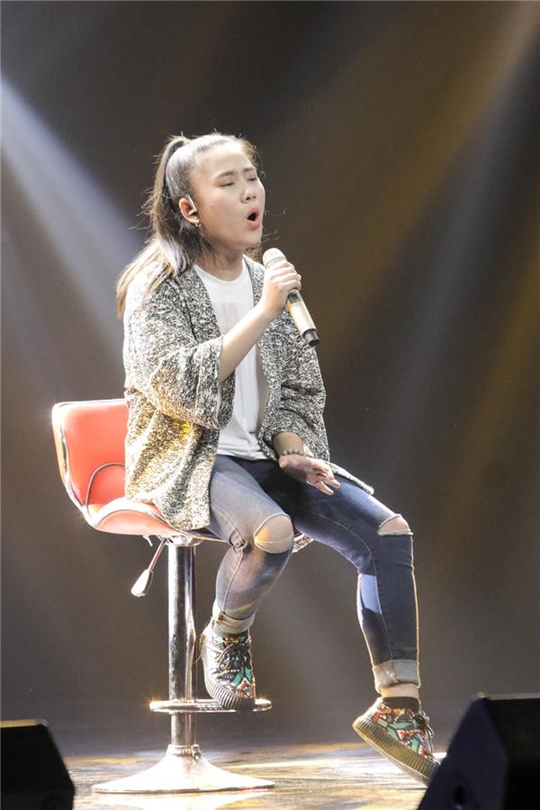Với vẻ ngoài có phần chững chạc hơn nhiều thí sinh khác, Vân Trang cho thấy sự trưởng thành qua từng ca từ và gia điệu em thể hiện. - Tin sao Viet - Tin tuc sao Viet - Scandal sao Viet - Tin tuc cua Sao - Tin cua Sao