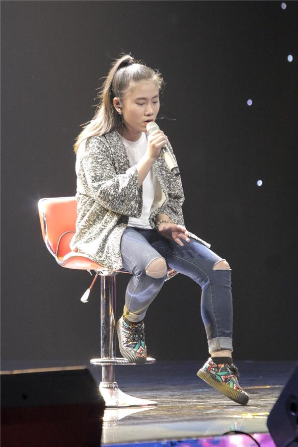 """Tuy nhiên, với quyết tâm """"chiêu mộ"""" cho bằng được thí sinh Vân Trangvề đội, giọng ca Vết Mưa không ngần ngại lên tận sân khấu để thể hiện tài năng nhảy của mìnhthuyết phục cô bé. - Tin sao Viet - Tin tuc sao Viet - Scandal sao Viet - Tin tuc cua Sao - Tin cua Sao"""