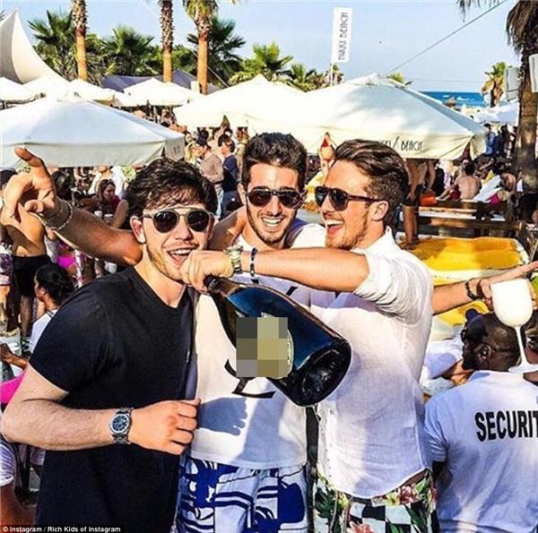 Bộ ba tươi cười rạng rỡ bên chai rượu đắt tiền tại bờ biển Nikki thuộc St Tropez.(Ảnh: Rich Kids of Instagram)