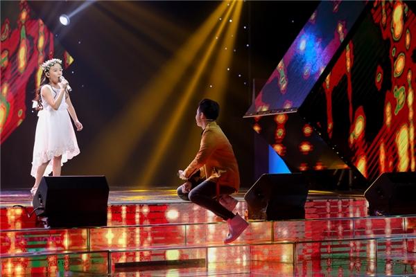 """Mặc dù bé chưa hát hết bài nhưng HLV Noo Phước Thịnh đã nhanh chóng cầm chiếc nón mang dòng chữ """"team Noo"""" lên ngồi đợi trên sân khấu. - Tin sao Viet - Tin tuc sao Viet - Scandal sao Viet - Tin tuc cua Sao - Tin cua Sao"""