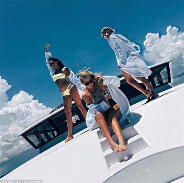"""3 cô nàng nóng bỏng """"thả dáng"""" trên du thuyền hạng sang.(Ảnh: Rich Kids of Instagram)"""