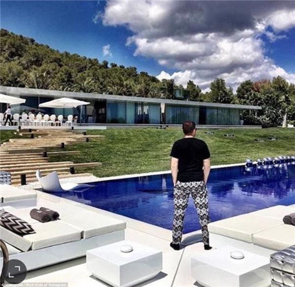 """Eli Mizrahi – một doanh nhân trẻ ở New York, người từng tuyên bố được Selena Gomez mời đến bữa tiệc sinh nhật trên thuyền của cô nàng, đang """"diễn sâu"""" bên cạnh dinh thự ở Ibiza.(Ảnh: Rich Kids of Instagram)"""