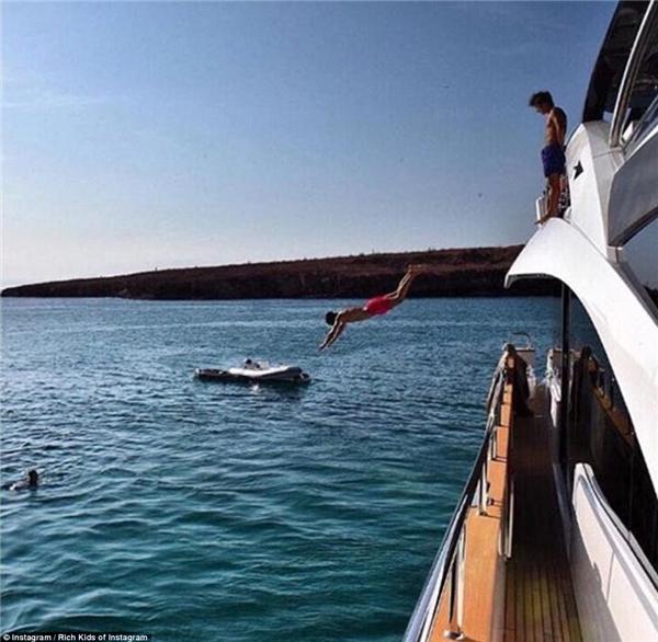 Và một ngày bình thường của hội con nhà giàu chỉ là nhảy ùm xuống biển từ du thuyền triệu đô mà thôi!(Ảnh: Rich Kids of Instagram)