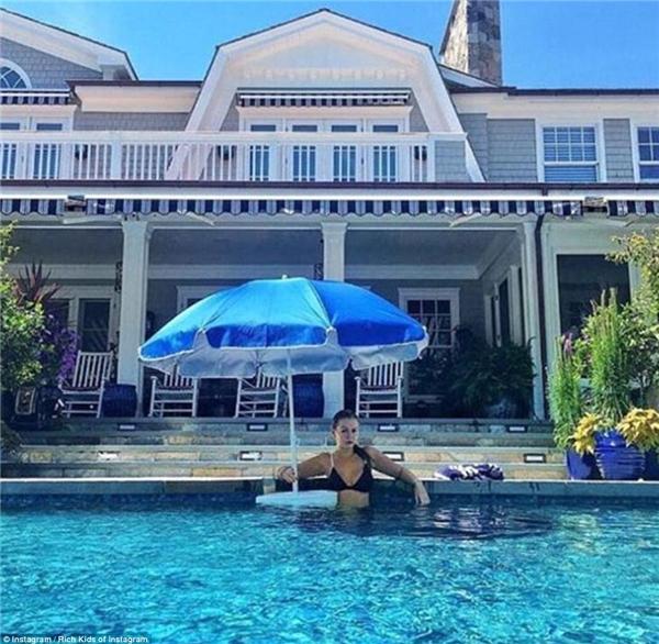 Cô chiêu 22 tuổi ngâm mình trong bể bơi, chụp ảnh khoe khéo tòa biệt thự sau lưng.(Ảnh: Rich Kids of Instagram)