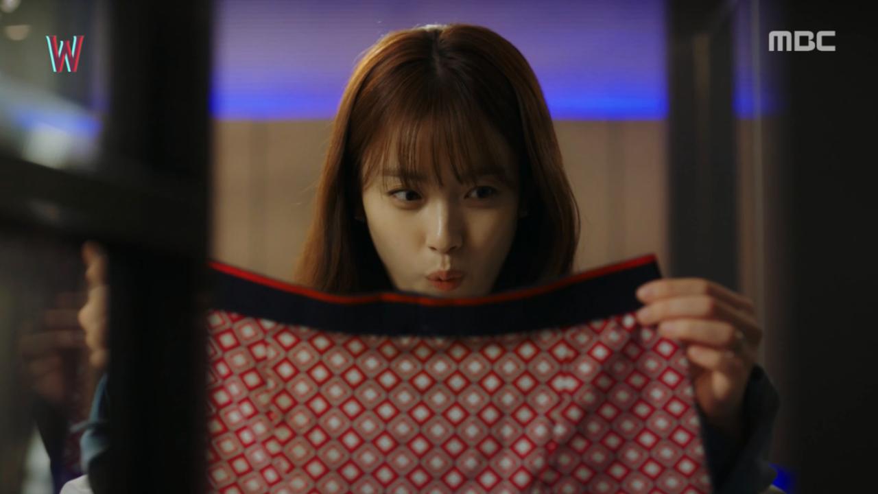 Không biết có phải lần đầu thấy quần lót của con trai hay không mà trên mặt của Oh Yeon Joo chỉ hiện lên vỏn vẹn hai chữ: biến thái.