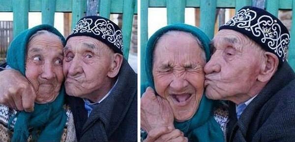 Ông cụ, bà cụ trao nhau trao nhau nụ hôn nồng cháy không khác gì các cặp mới yêu.