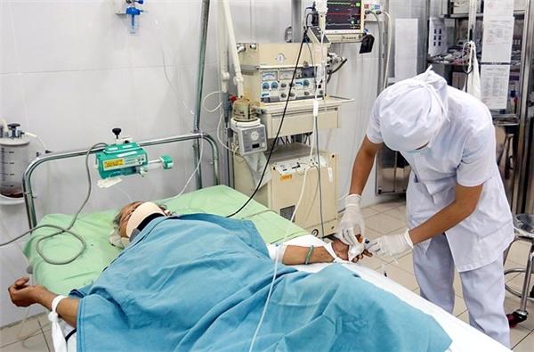 Một trong ba nạn nhân được cấp cứu tại Bệnh viện đa khoa Khánh Hòa. Ảnh: Internet