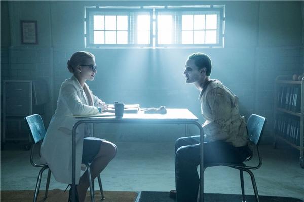 Joker chưa thể hiện được sư nguy hiểm, cảnh hắn thu phục Harley Quinn khá dễ dàng.