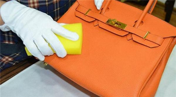 1. Sử dụng hỗn hợp giấm và nước, sau đó chà nhẹ lên những vết bẩn. Đảm bảo chiếc túi da của bạn sẽ y như mới!