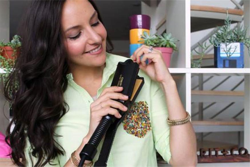 7. Mẹo nhỏ để cổ áo sơ mi của bạn được là phẳng phiu chỉ trong tích tắc: Máy duỗi tóc có thể giúp bạn nhanh chóng là xung quanh khuy áo, hay các nếp gấp trên áo sơ mi và váy.