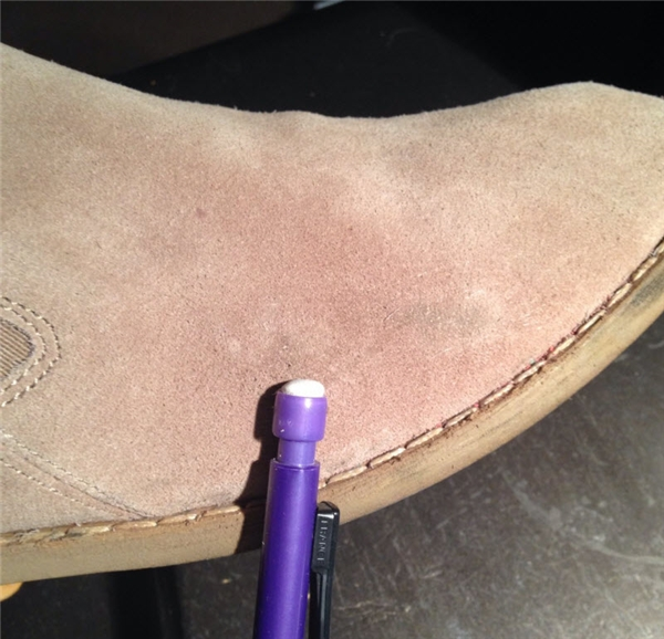 8. Chỉ cần sử dụng một cục tẩy thông thường, đôi giày da lộn của bạn sẽ trở nên sạch sẽ hơn đáng kể đấy!