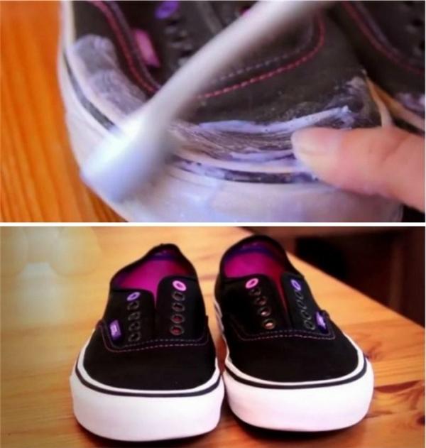 9. Phần cao su trắng trên đôi giày thể thao có thể dễ dàng làm sạch bằng cách trộn những giải pháp làm sạch bằng bột baking soda vào một chiếc bát, lấy một bàn chải đánh răng cũ và chà thật triệt để.