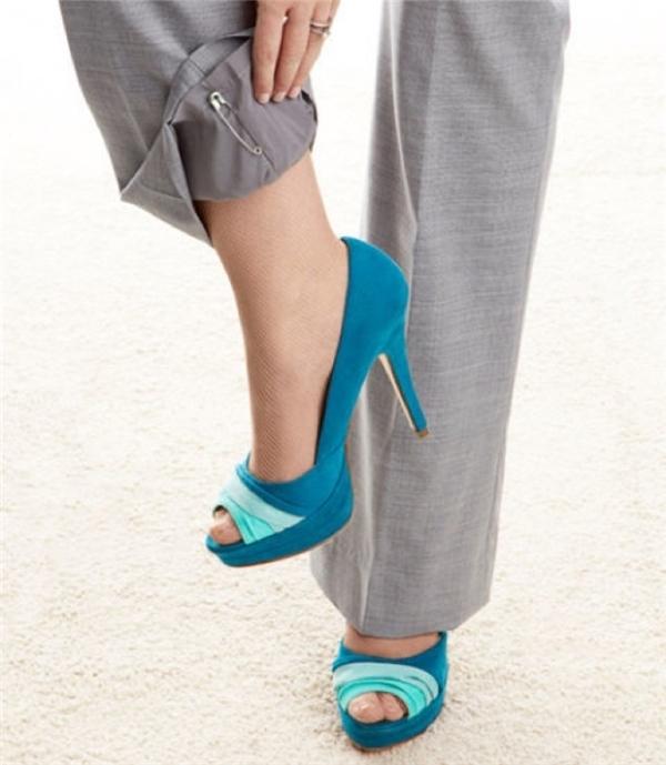 14. Do sự tĩnh điện khiến quần dính vào chân và điều này làm bạn khó chịu? Hãy cài một chiếc kim băng vào trong ống quần, sự tĩnh điện sẽ bị giảm đi rất nhiều đấy!