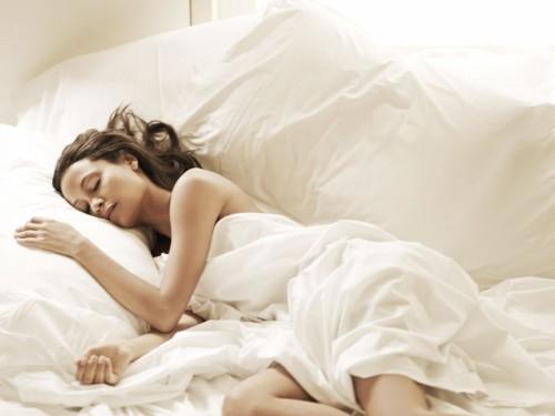 Tinh thần thoải mái hơn khi ngủ không quần áo. (Ảnh: internet)