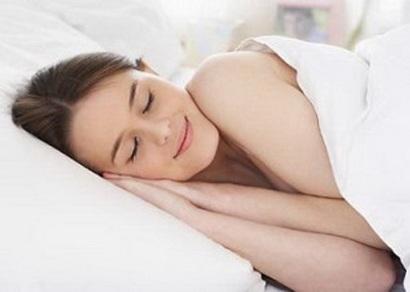 Ngủ không quần áosẽ giúp bạn giảm đau đầu, mệt mỏi. (Ảnh: internet)