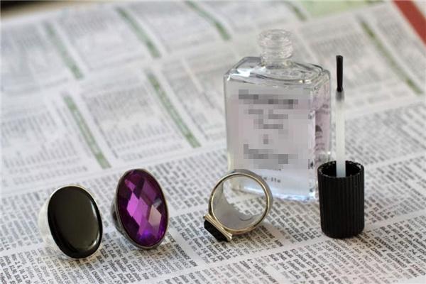 2. Mẹo nhỏ giữ gìn đồ trang sức luôn sạch đẹp: Hãy bôi một lớp sơn móng tay màu bóng lên mặt nhẫn, mặt vòng của bạn, nỗi lo dấu vân tay khi chạm vào bị lưu lại sẽ không còn nữa!