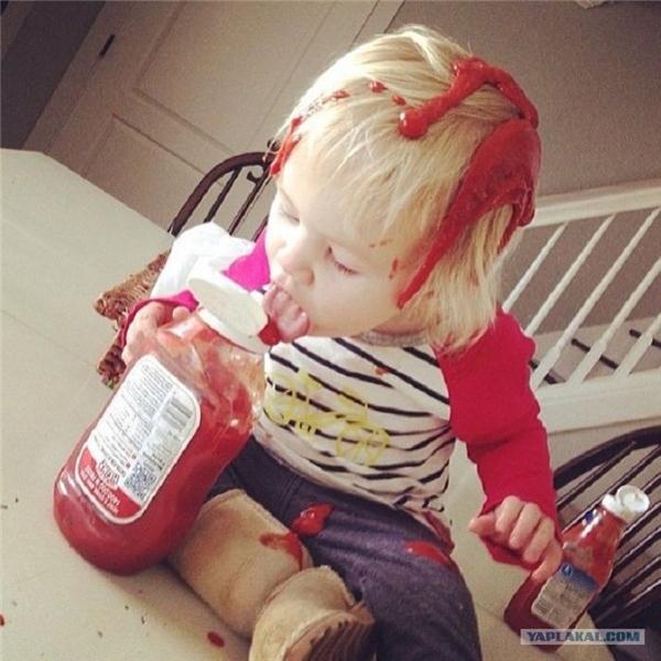 Con định nhuộm tóc bằng sốt cà chua, nhưng chưa khéo léo lắm nên bị vương vãi chút thôi.