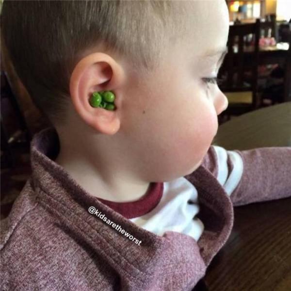 Chỉ vì không thích ăn hạt đậu mà cậu nhóc này đã cho vào tai giấu bố mẹ.