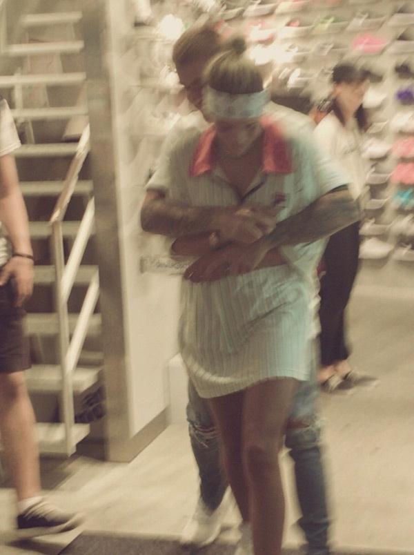 Justin Bieber bị bắt gặp ôm ấp, đụng chạm vòng 3 bạn gái tin đồn