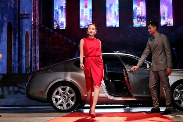 Tuy không kéo được hết chiếc khoá sau lưng nhưng khi bước ra khỏi xe hơi, Khánh Ngân vẫn vô cùng tự tin.