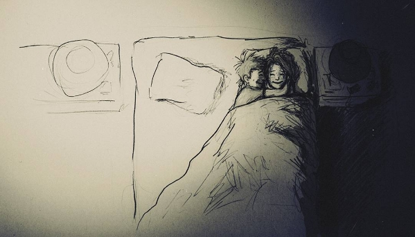 """Giường thì rộnglắm, nhưng anh vẫn cứ thích nằm """"chen chúc chật chội"""" thế này với bà xã yêu của anh mà thôi."""