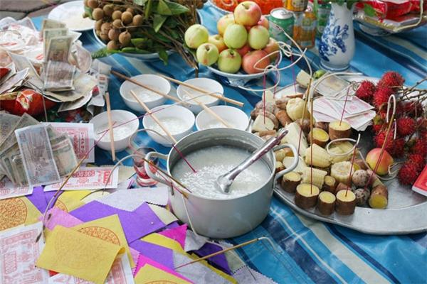 Mâm cúng cô hồnphải đảm bảo đầy đủvàng mã, hoa quả, khoai luộc,kẹo bánh, gạo muốivà không thể thiếu món cháo loãng.