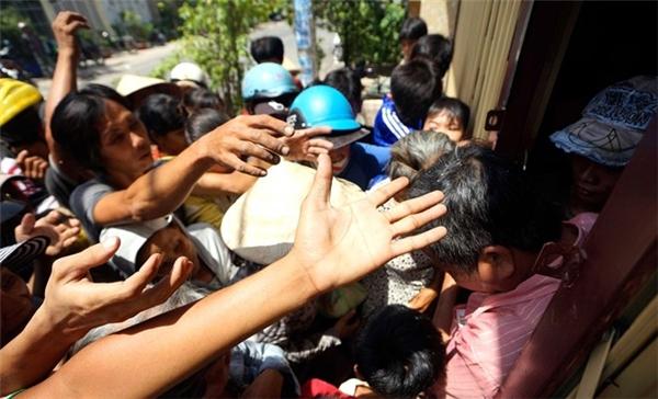 Một số cảnh giật mâm cô hồn diễn ra ở Sài Gòn.