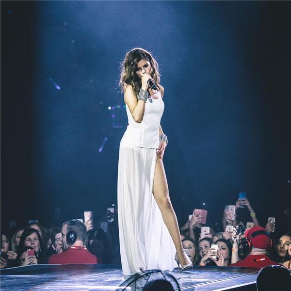 Selena nổi bật với chiếc đầm trắng trên sân khấu.