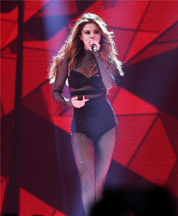"""Những bộ body suit chính là bạn đồng hành thân thiết của Selena trong tour diễn Revival này. Cô nàng có thể khoác bên ngoài một chiếc áo hoặc một chiếc váy mỏng để che giấu trang phục gợi cảm bên dưới để rồisau màu """"lột xác"""" sẽ xuất hiện một Selena quyến rũ khiến người hâm mộ phải ồ lênthích thú."""