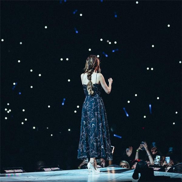 """Bên cạnh phong cách năng động hay táo bạo, Selena vẫn """"đốn tim"""" người hâm mộ trong những chiếc đầm giản dị, nhẹ nhàng như thế này đây."""