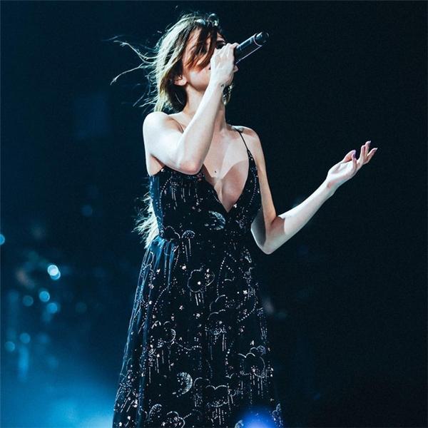 Diện chiếc đầm haute couture xẻ ngực sâucủa Valentino lên sân khấu, Selena liềnhóa thânthành một tiểu thư mộc mạc mà không kém phần quyến rũ.