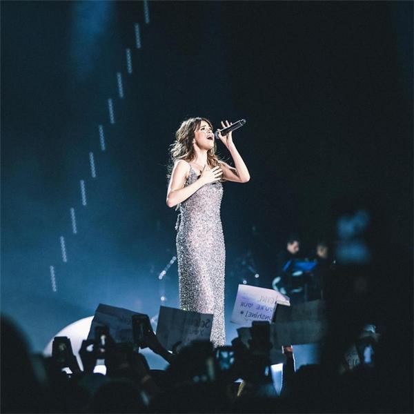 Chiếc đầm tinh xảo mà Selena diện trong trong tour diễn đã giúp nữ ca sĩ tỏa sáng thật sự. Với chất liệu lấp lánh, Selena như một ngôi sao tỏa sáng giữ rừng fanhâm mộ của mình.
