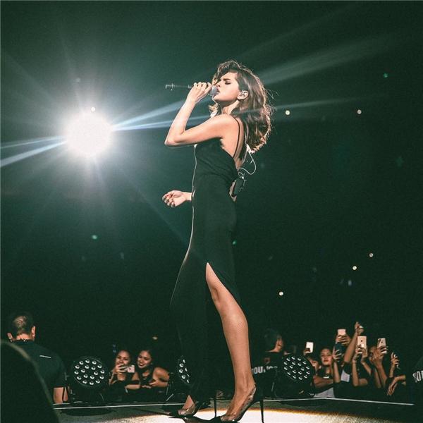 Trong chiếc đầm xẻ cao bó sát, Selena khoe trọn những đường cong đáng ghen tị.