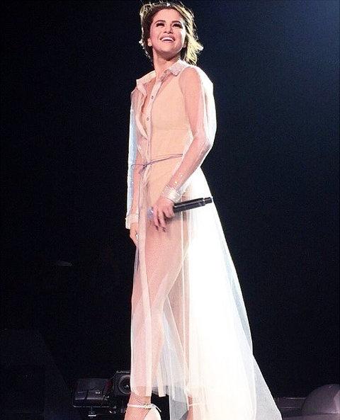 Nhìn duyên dáng, thùy mị thế này, nhưng khi cởi bỏ chiếc áo khoác ngoài bạn sẽ được chiêm ngưỡng một Selena bốc lửa trong bộ body suit nhưđã nêu ở trênngay.