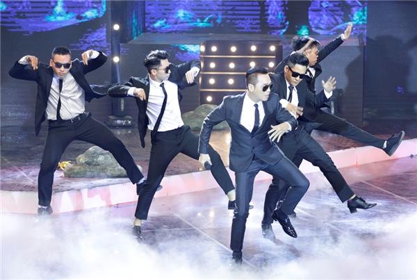 """Ở một diễn biến thú vị, ca sĩ Nguyễn Hưng """"đóng hộp"""" với vest đen, kính đen, lần đầu khoe những bước nhảy điêu luyện trên nền ca khúc hit một thời cùng vũ đoàn khiến người hâm mộ """"đứng ngồi không yên""""."""