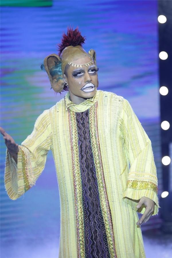 """Với tạo hình cá tính, hài hước của mình, quán quân Cười xuyên Việt 2015nhiều phen khiến khán giả """"cười lăn, cười bò"""" bởi lối diễn xuất phong phú, đa dạng, nhiều mảng miếng."""