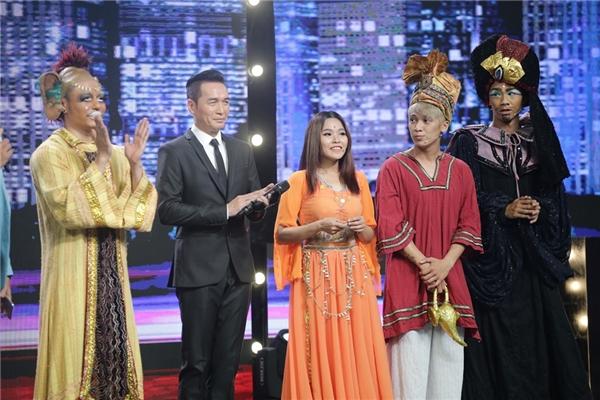 """Ca sĩ Phương Thanh nhận xét về phần trình diễn: """"Nội dung tốt, tạo không khí hào hứng cho chương trình. Đội trưởng xuất hiện quá tuyệt vời""""."""