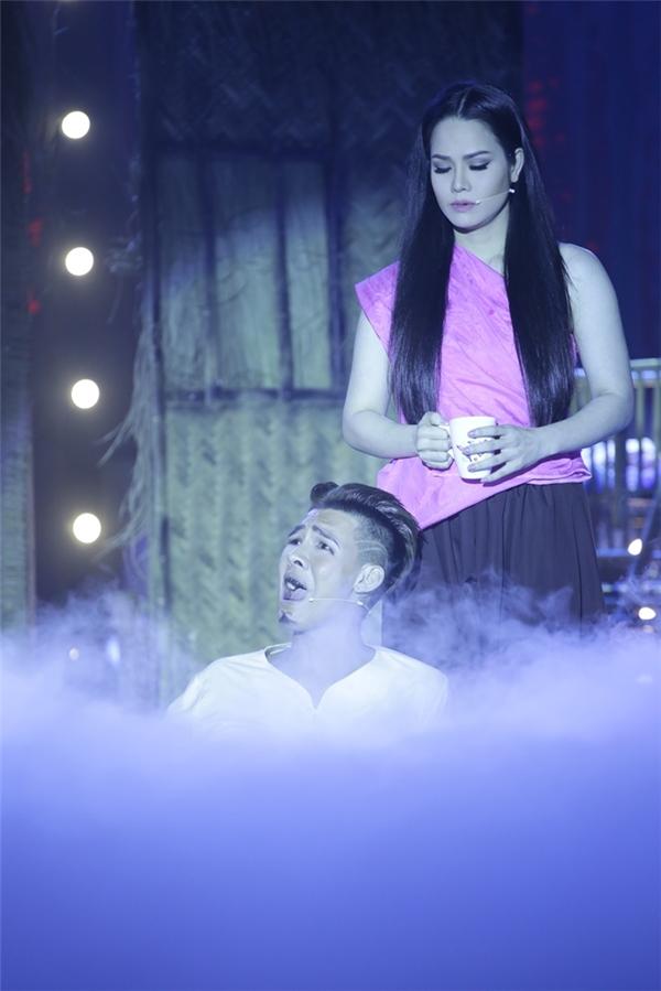 """Ở một diễn biến thú vị, diễn viên Tâm Anh trong vai một trong những người bạn của người chồng do bị hoảng sợ trước tạo hình của Nhật Kim Anh đã bật thốt lên: """"Mặt dùng kem trộn hả? Sao trắng quá vậy?"""" khiến khán giả bật cười thích thú. Cái kết của tiểu phẩm khiến người xem vô cùng cảm động trước tình cảm keo sơn gắn bó của cặp đôi vợ chồng xấu số."""