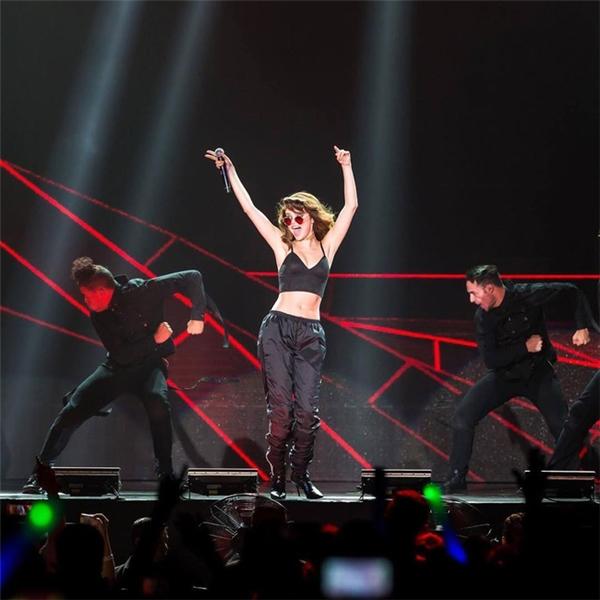 Đơn giản mà gợi cảm và thu hút chính là nhữngtừ miêu tả chính xác nhất hình ảnh của Selena trong màn biểudiễn này.