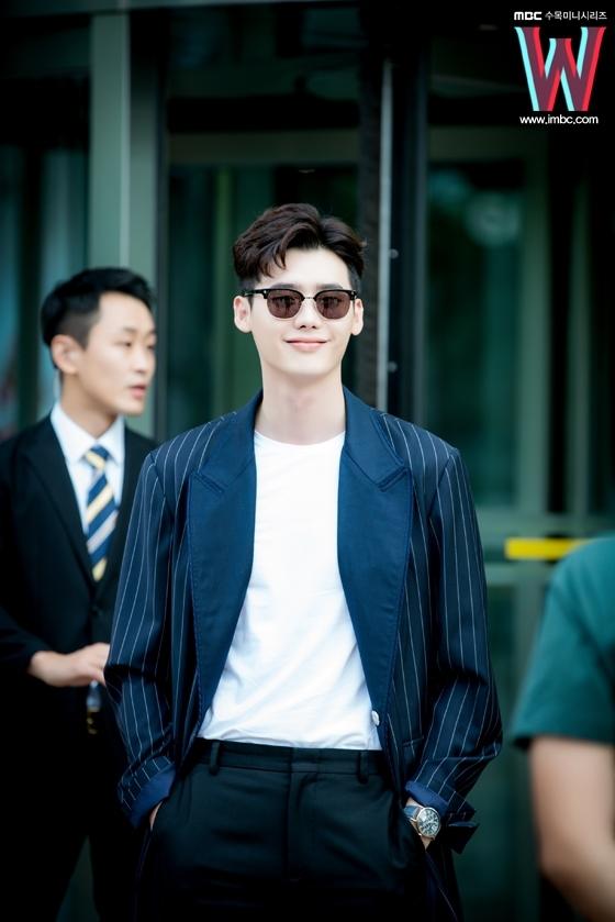 Săm soi loạt biểu cảm thần thánh của Lee Jong Suk trong W