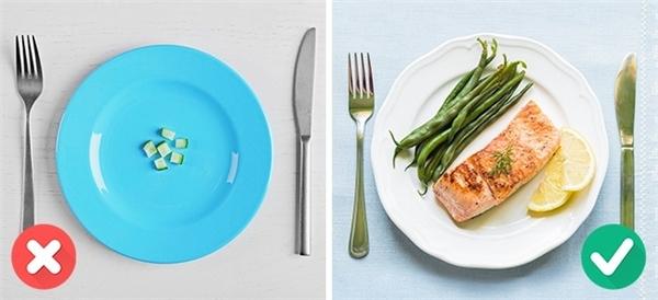 """Chế độ dinh dưỡng mất cân bằng do mong muốn giảm cân của các cô gái cũng đã góp phần không nhỏ """"làm hại"""" làn da."""