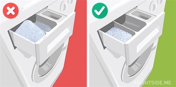 """""""Lạm dụng"""" bột giặt sẽ khiến quần áo bạn còn bẩn hơn trước khi giặt."""