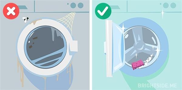 Tổng vệ sinh máy giặt bằng cách cho máy chạy không có quần áo bên trong, để chế độ nước ấm và thêm giấm chua vào.