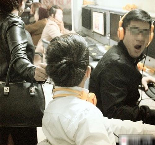 Còn đây là bức ảnh Nắm tai con khỏi thế giới ảo từng gây bão trên mạng.